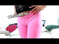 PERFECT CAMELTOE Teen in Tight Yoga Pants Has Big Round Ass Too