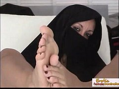 Arabian mature uses her feet like a pro