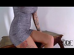 Tattooed Temptress Isla Poses Naked In Sparkly ...