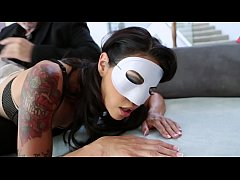 Bald dude in mask checkes charming Dana Vespoli's backdoor, warms up it with dildos and splits her buns with his big scloeng