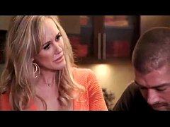 Mature Brandi Love distract her stepson