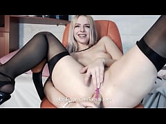 Blonde camgirl squirting on cam. More on camtor...