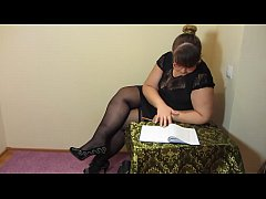 Break for masturbation. Fat teacher in stockings fucks a hairy pussy with a sex toy and makes a fisting to orgasm.