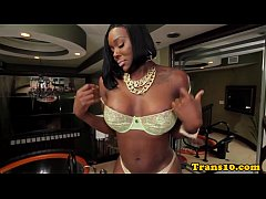 Ebony tranny jerks off after shaking her ass